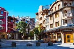 Vue du centre de rue du golf de Pirin, maisons gentilles Photo libre de droits