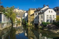 Vue du centre de ville du luxembourgeois à travers la rivière d'Alzette photos stock