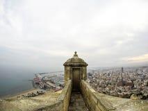 Vue du château d'Alicante au port photographie stock