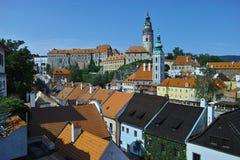 Vue du château dans Cesky Krumlov du point de vue dans le jardin de jésuite photos stock