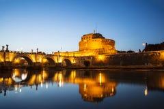 Vue du château de St Angelo ou le mausolée de Hadrian et de pont du ` s d'ange de St au coucher du soleil Images stock