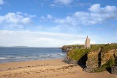 Vue du château et des falaises de plage de Ballybunion Image stock