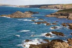 Vue du chemin côtier semblant du nord à travers des îles de Trescoe à Constantine Bay, les Cornouailles, R-U. Photos stock