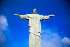 Vue du Christ le rédempteur au jour ensoleillé avec le ciel bleu et les nuages profonds, Rio de Janeiro Image libre de droits