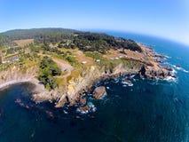 Vue du ciel du camp de rv par l'océan Images libres de droits