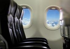 Vue du ciel et des nuages avec la lumière du soleil du windo d'avion Images stock