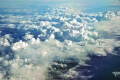 Vue du ciel et des nuages de la fenêtre d'avion Image stock