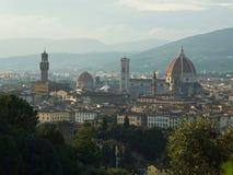 Vue du coeur de Florence : cathédrale Santa Maria del Fiore et tour de Palazzo Vecchio prise de l'autre banque de l'Arno photographie stock libre de droits