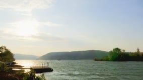Vue du Danube avec de grands vagues et vent violent clips vidéos