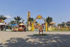 Vue du ` de Sunny Island de ` de parc d'attractions du ` s d'enfants dans le village de station de vacances de Dzhemete, Anapa Image stock