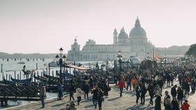 Vue du degli Schiavoni de Riva de bord de mer avec des touristes à la basilique Santa Maria della Salute avec le Punta photographie stock libre de droits