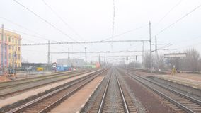Vue du dernier car du train suburbain ultra-rapide Railroad la vue du dernier chariot d'un train de voyageurs 4K banque de vidéos