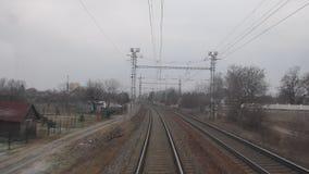 Vue du dernier car du train suburbain ultra-rapide Railroad la vue du dernier chariot d'un train de voyageurs 4K clips vidéos