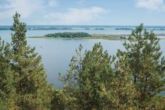 Vue du Dnieper par les pins verts Flèche du ` s de prince, p photographie stock libre de droits