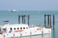 Vue du dock terminal gauche et du ferrie de touristes au port image stock