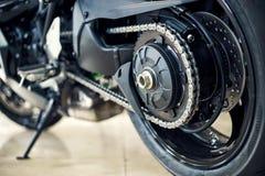 Vue du dos d'une moto avec l'accent mis sur la cha?ne images stock
