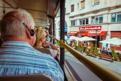 Vue du dos de la plate-forme supérieure sur l'autobus guidé de Budapest avec image libre de droits