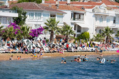 Vue du ferry, qui fonctionne le long de l'itinéraire Istanbul - Buyukada Architecture et touristes sur l'île Kinaliada, Turquie Photographie stock libre de droits