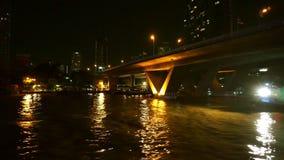 Vue du fleuve Chao Phraya de nuit dans le bateau de croisière chez la Thaïlande banque de vidéos