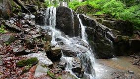 Vue du fond de la cascade Skakalo banque de vidéos