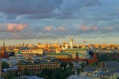 Vue du Général Moscou Kremlin avec le ciel orageux Images libres de droits