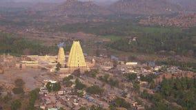 Vue du gopuram avec une vue d'oeil d'oiseau banque de vidéos