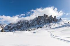 Vue du groupe de Sella avec la neige dans les dolomites italiennes Photo stock