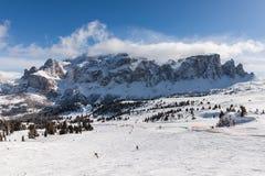 Vue du groupe de Sella avec la neige dans les dolomites italiennes du secteur de ski Photographie stock libre de droits