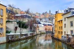 Vue du Grund jusqu'à la vieille ville du Luxembourg Photos libres de droits