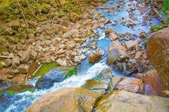 Vue du haut de la cascade tombant vers le bas, paysage de forêt avec une cascade, où commence la descente pour arroser Photographie stock