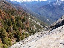 Vue du haut de Moro Rock avec sa texture de roche en planche, montagnes de négligence et vallées - parc national de séquoia image stock