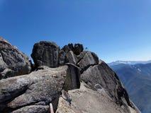 Vue du haut de Moro Rock avec sa texture de roche en planche, montagnes de négligence et vallées - parc national de séquoia photo stock