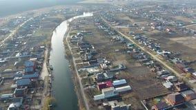 Vue du haut du village Rues sans asphalte et maisons à un niveau Le village de Kuban banque de vidéos