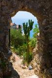 Vue du jardin d'exotique dans Eze, France du sud, vers la mer Méditerranée Photo stock
