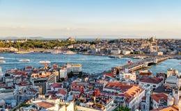 Vue du klaxon d'or et des vieilles régions d'Istanbul au coucher du soleil Photographie stock libre de droits