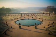 Vue du lac dans le jardin de Versailles dans la brume de matin Photographie stock