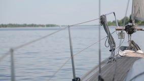 Vue du lac de la poupe du yacht banque de vidéos