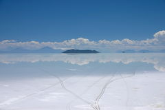 Vue du lac de sel de Salar de uyuni en Bolivie montrant des voies de pneu Photographie stock libre de droits