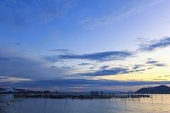 Vue du lac Songkhla qui a la cage de poissons dans l'eau au coucher du soleil ; Province de Songkhla, Thaïlande Image libre de droits