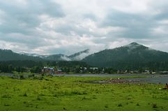 Vue du lac Teletskoye. Montagnes d'Altai Image stock