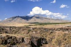Vue du ler d'arums de bâti du bord opposé de la rivière de Kasakh de canyon Image libre de droits