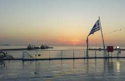 Vue du lever de soleil de derrière du bateau entrant dans le port photos stock