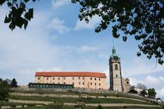 Vue du lnÃk de› du château MÄ et de l'église de St Peter et de saint Paul Czech Republic Photographie stock libre de droits