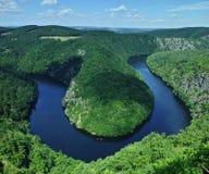 Vue du méandre en fer à cheval de forme de rivière de Vltava image stock
