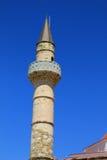 Vue du minaret en pierre de la mosquée antique sur l'île grecque de Kos Photographie stock libre de droits