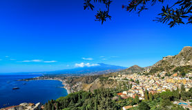 Vue du mont Etna et de littoral de Taormina image libre de droits