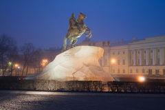 Vue du monument à Peter le grand cavalier en bronze, 1872 d'une nuit brumeuse et mystique St Petersburg, Russie Photo stock