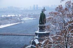 Vue du monument à Vladimir les arbres couverts de neige traversants saints en parc de Vladimirsky et vue de la rivière de Dnieper photo stock