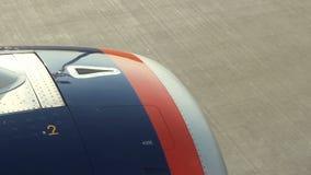 Vue du moteur des avions pendant l'accélération avant décollage banque de vidéos