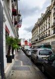Vue du Moulin rouge dans la rue Photo stock